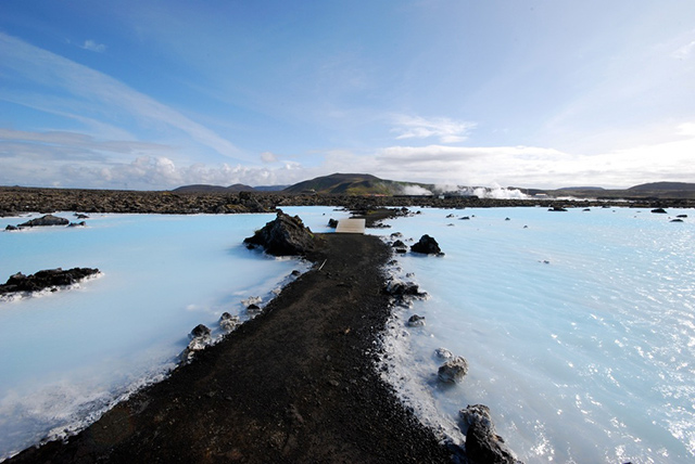 blue-lagoon-iceland-bridge