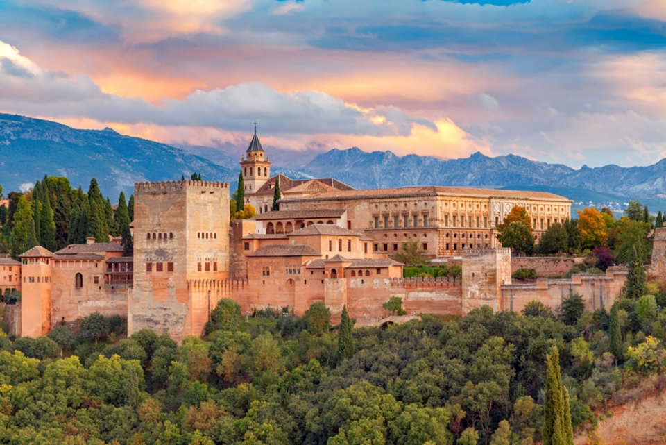 Top-10-most-beautiful-royal-palaces-in-the-world-alhambra-sm