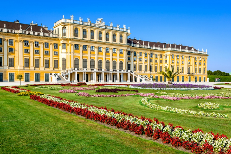 Top-10-most-beautiful-royal-palaces-in-the-world-schonbrunn-sm